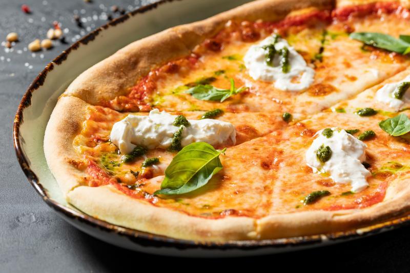 Пицца маргарита с сыром страчателла
