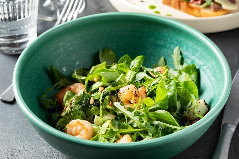 Салат с креветками и ореховым соусом