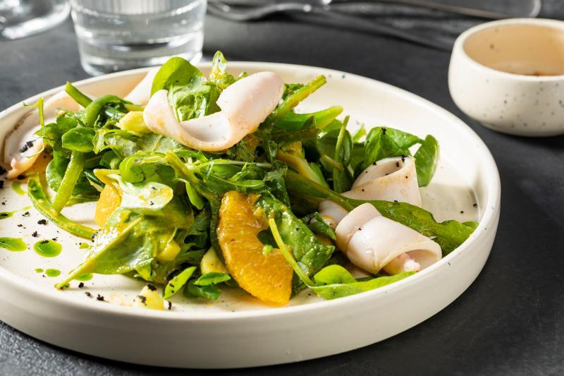 Теплый салат с кальмаром